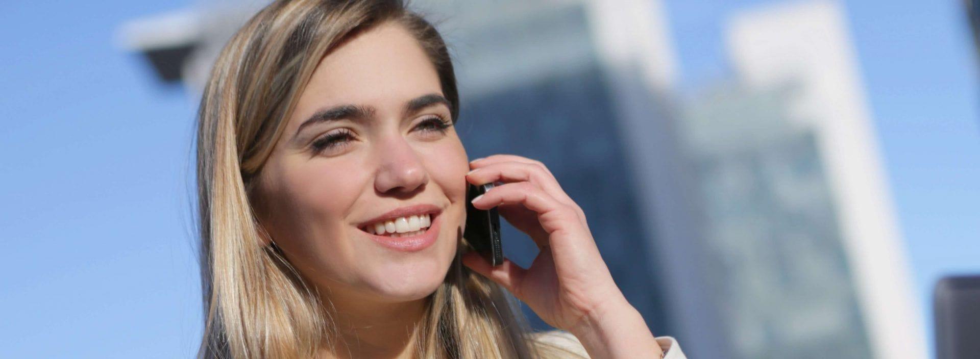 Telefonon beszélő nő